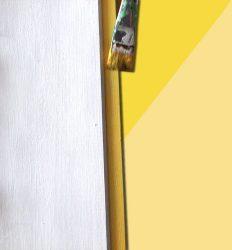 : Peindre votre planche en bois en blanc.  Ensuite, tremper vos bouchons directement dans vos mélanges ou utiliser un pinceau.  Pour donner un peu plus de profondeur et donner un effet de relief, mélanger vos couleurs avec du blanc. D'abord, mélanger votre couleur jaune avec du blanc pour créer plusieurs nuances allant du plus foncé au plus clair puis recommencez avec le vert, le rose et enfin le bleu. Laissez sécher.