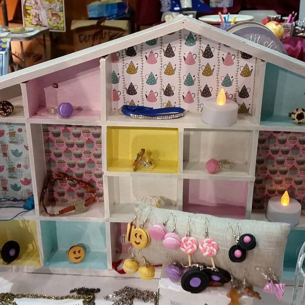 Petite étagère maison «redécorée»
